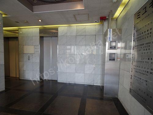 ニドークリニック大阪が入っているミユキビルの1階エレベーター