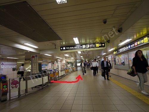 東梅田駅に着いたら中央改札から出て左に曲がります