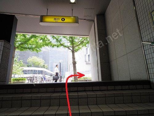 6番出口から地上に出たら右に曲がります
