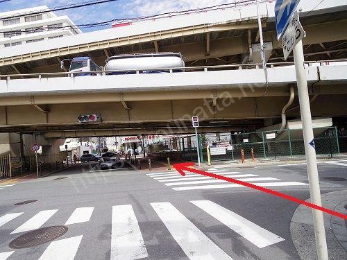 信号がある横断歩道につきあたったら通路の右側から渡ります