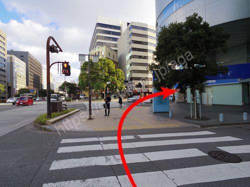 横断歩道を渡って右へ