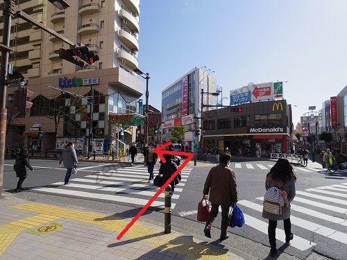 駅前の交差点を渡って斜め左前方の道へ