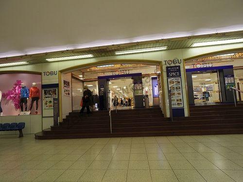 東武宇都宮線の改札を出たらそのまま直進して正面にある東武百貨店の館内に