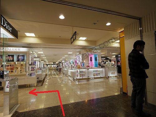 東武百貨店の1階から屋外へ出ます