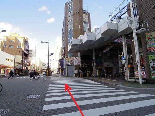 東武百貨店を出るとすぐにある横断歩道を渡ります