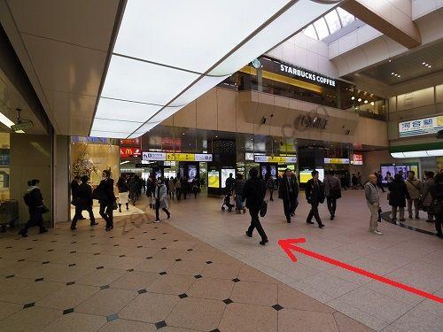 中央改札を出たら駅構内の中央自由通路を東口方面に進みます