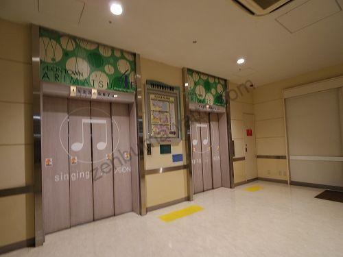 西側店内入口から店内に入り2階へ