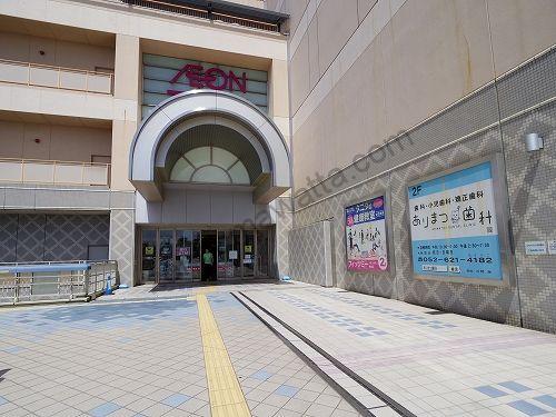 有松駅に直結している2階中央店内入口