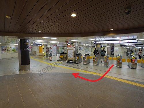 地下鉄御堂筋線なんば駅中改札から出て右へ