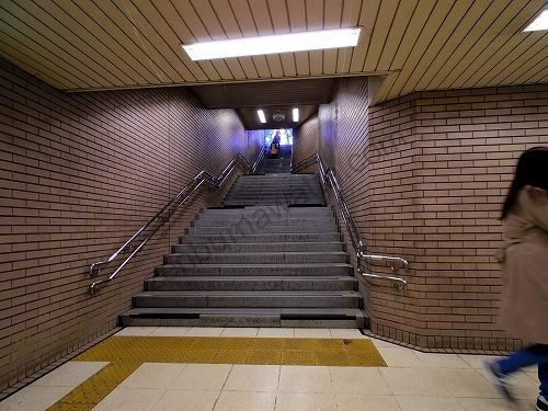 北6出口は階段のみです