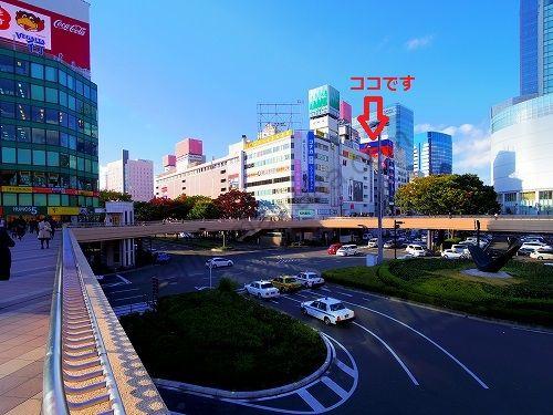 JR仙台駅西口のぺデストリアンデッキからエピレ仙台店のビルが見えます