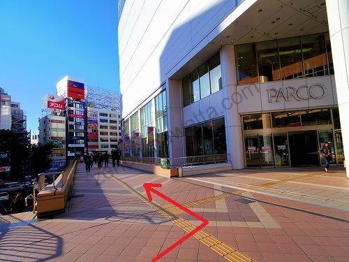 仙台パルコ本館の建物前に左へ続く通路へ