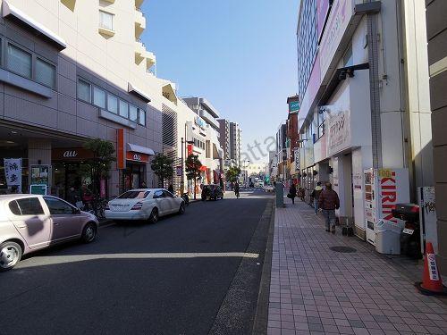 通りの左側を直進