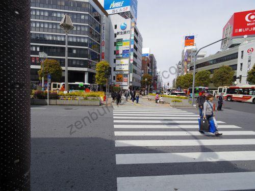 吉祥寺東口交番の前にある横断歩道を渡ります