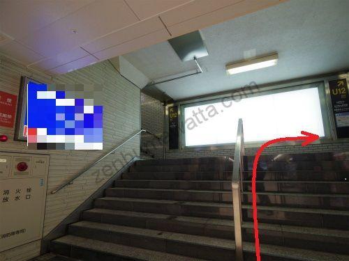 U10出口は左右に階段がありますが、右側の階段から地上に上がります