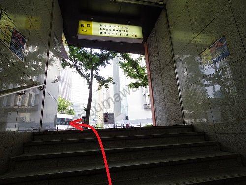 7番出口から地上に出たら左に曲がります