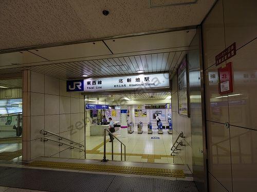JR東西線北新地駅東入口改札を出ます