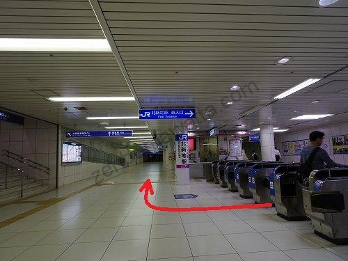 東入口改札を出たら右に曲がります
