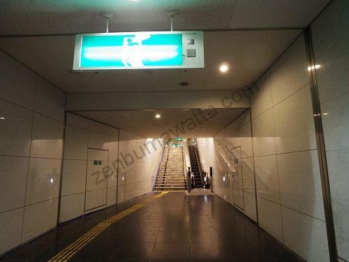 つきあたりにあるエスカレーター・階段で上に上がります
