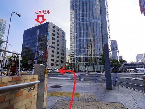 京阪国道と交わる梅田新道交差点を渡ってすぐに左に曲がると角から2軒目にある建物がレイビス梅田店の入っている梅田パシフィックビルです