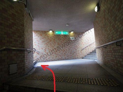 「F-85」と書かれた看板がある階段の左側から地上へ上がります