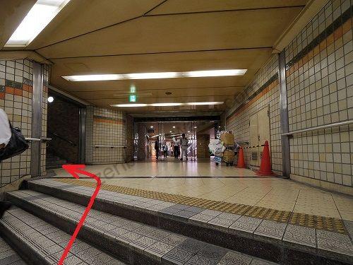 階段を上がってさらに左手にある階段を進みます