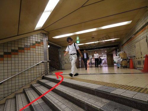 階段を上がり、さらに左手にある階段を進みます