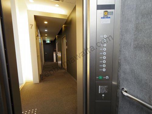 7階でエレベーターの扉が開いたらそのまま奥へ進みます