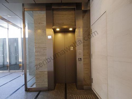 ストラッシュ(STLASSH)梅田店の入っている梅新スクエアのエレベーターから7階へ