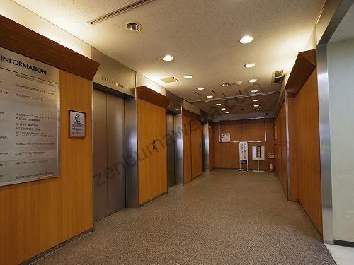レイビス梅田店の入っている梅田パシフィックビルの1階エレベーター