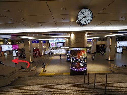 1階に降りたら左に曲がります