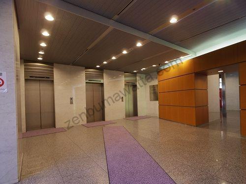 グランモア梅田店の入っているABC-MART梅田ビルの1階エレベーター