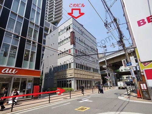 auショップの先にある建物がエピレ梅田店の入っているKZ Chayamachiビル