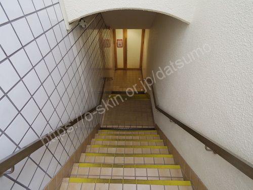 階段を降りる