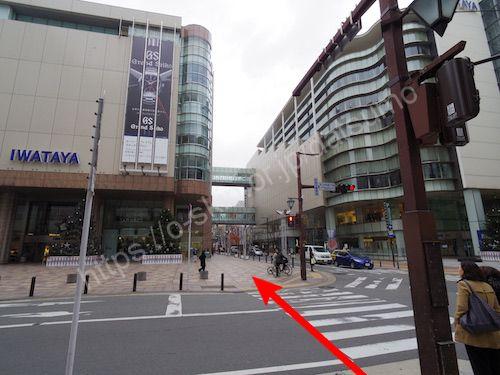 左へ曲がって目の前の横断歩道を渡る