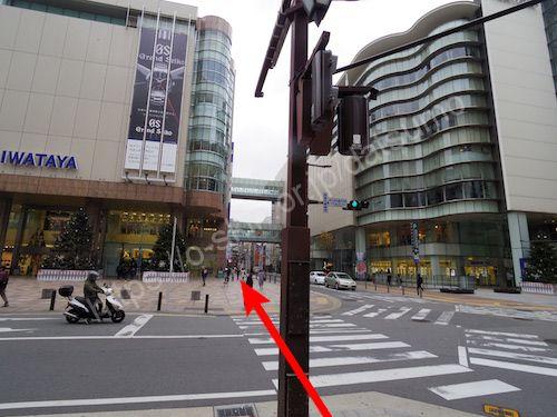エスカレーターを降りたら左折し、横断歩道を渡って直進