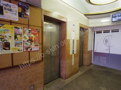 左にエレベーター