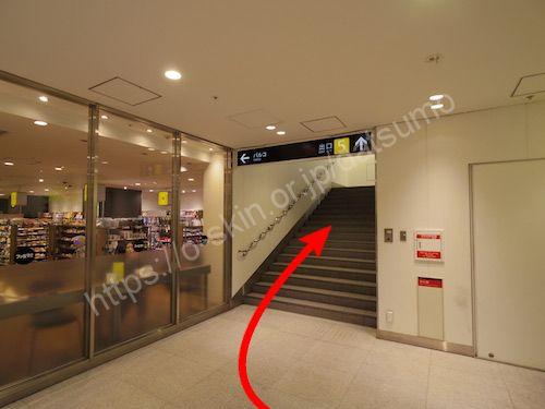 5番出口の案内に従い進み階段を上がる