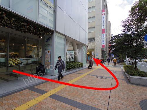 外に出たらすぐ左折して、横断歩道前をもう一度左折