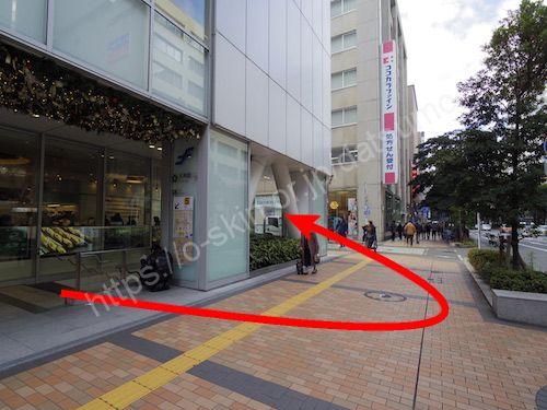 外に出たら左折し、横断歩道の手前を左折する