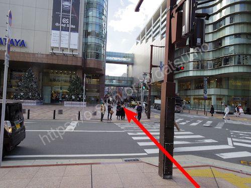 左折して目の前の横断歩道を渡る
